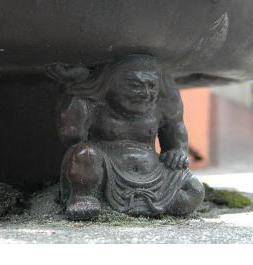 陶製の大香炉を支える三邪鬼